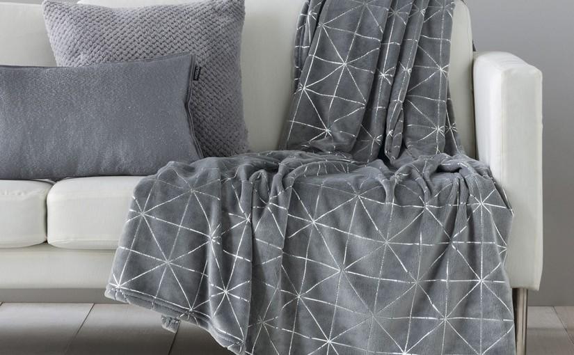 5 modelos de mantas estampadas para sofá que darán un lavado de cara a tu salón
